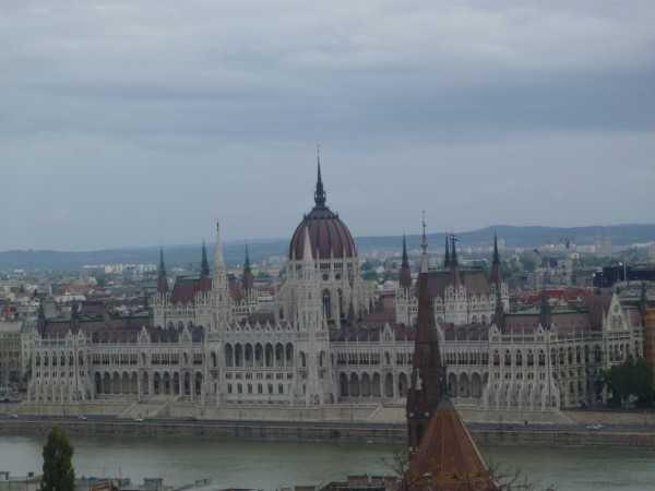 здание Парламента в Будапеште днем