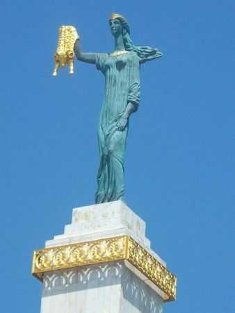 statuya-medei-na-ploshhadi-evropy