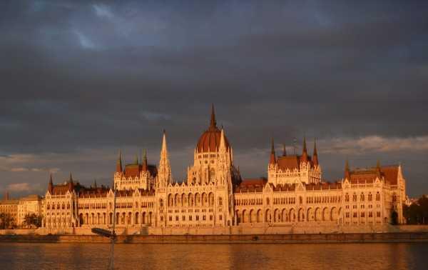 Здание Парламента в Будапеште в сумерках