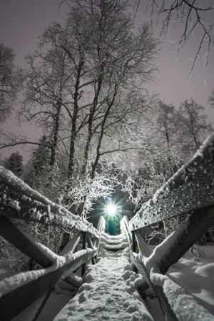 Сияющий фонарик в ночное время