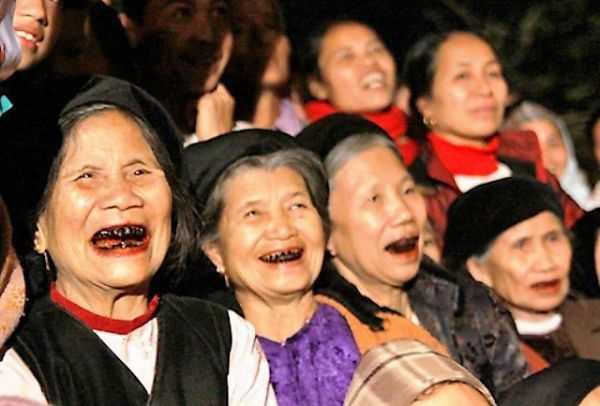 девушки с черными зубами