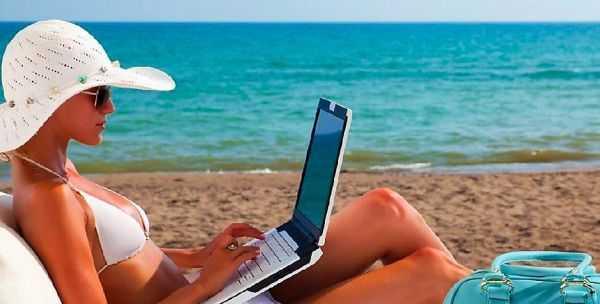 море и ноутбук