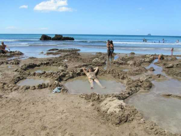 Пляж с горячими источниками в Новой Зеландии
