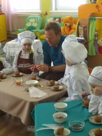 Поедем, поедим!: Джон Уоррен в Чебоксарах приготовил вместе с малышами детского сада сладкий десерт