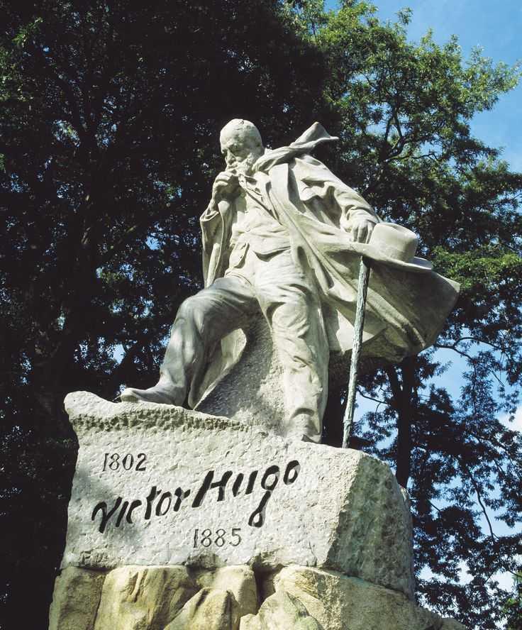 Памятник Гюго