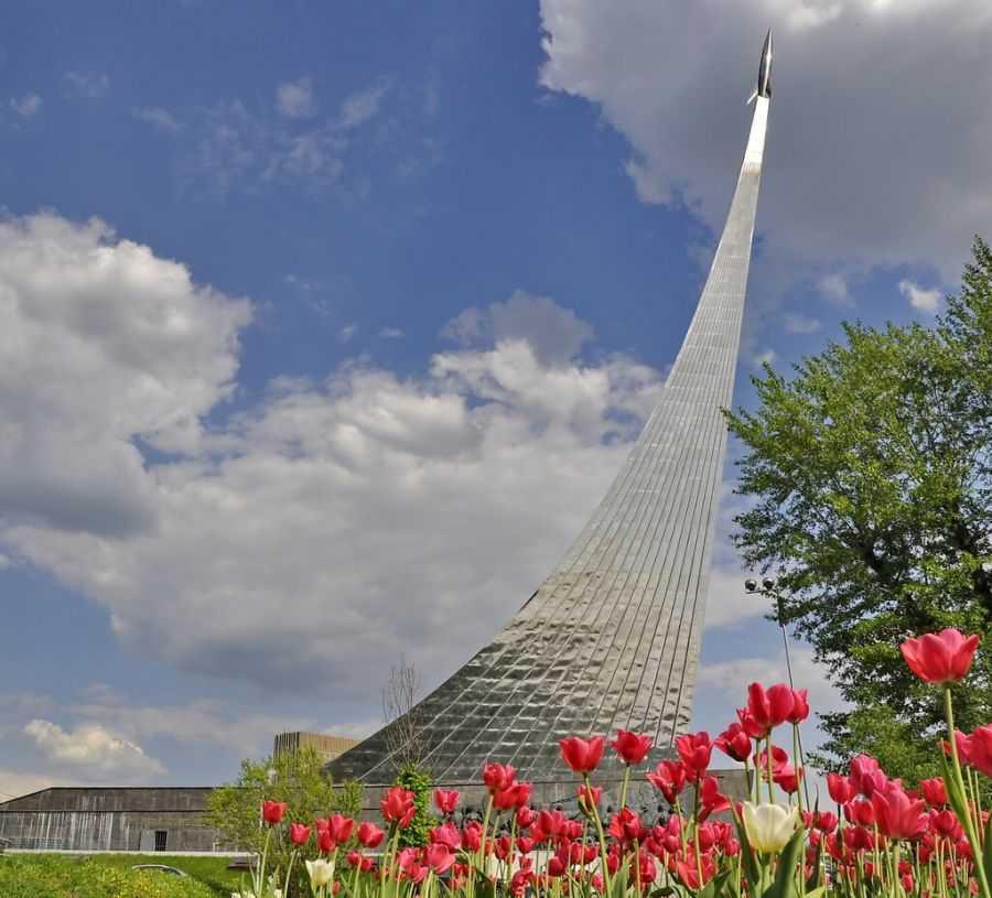 Музей космонавтики у подножия монумента