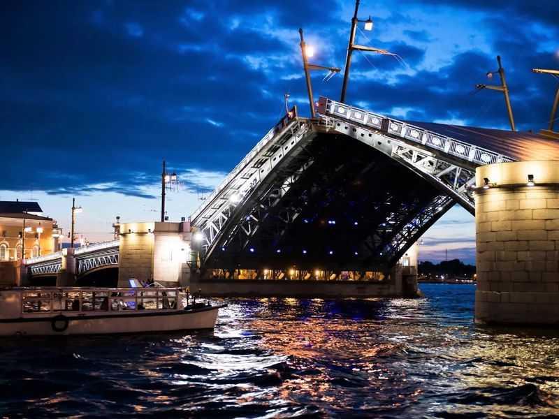 Экскурсия по воде на развод мостов в Санкт-Петербурге
