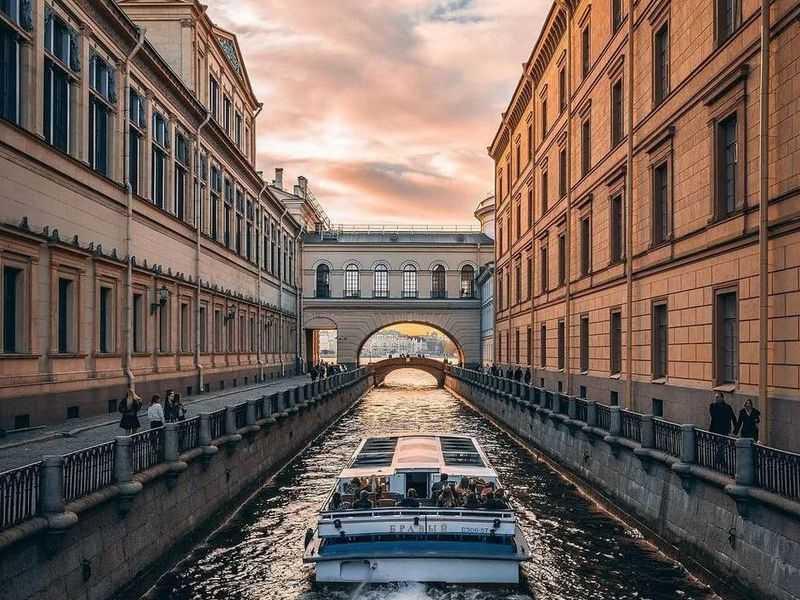 Экскурсия порекам иканалам Петербурга