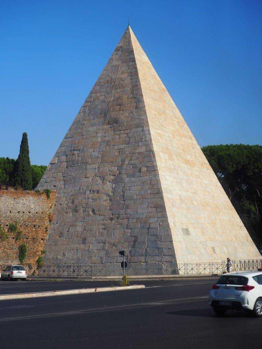 Piramide Cestia - Пирамида Цестия