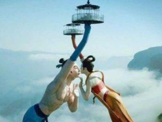 Страшный и красивый аттракцион «Летающий поцелуй» в Китае